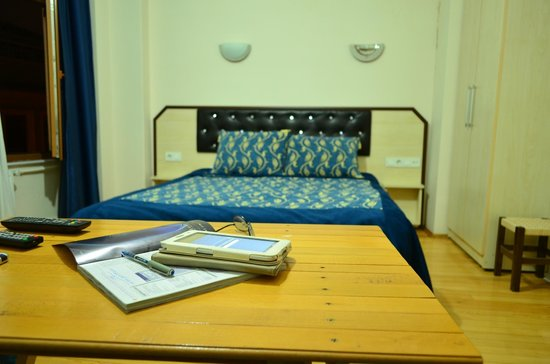 Nice Apart Hotel: Bed and working table.