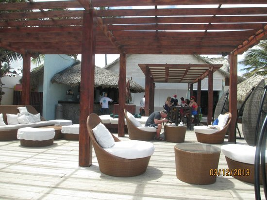 Punta Cana Princess All Suites Resort & Spa: BEACH BAR - comfy couches