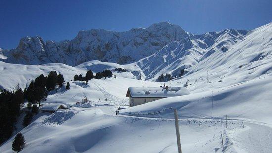 Rifugio Molignon Mahlknechthuette: Il rifugio in un mare di neve e, sullo sfondo, il Catinaccio