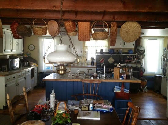 Shearer Hill Farm B&B: Patti + Bill''s kitchen.