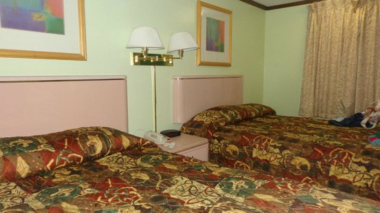 Travelodge Hershey: 2 double beds (comfortable mattresses, but cramped and outdated room).