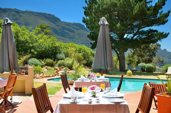 Villa Montebello: Enjoy breakfast in a nice garden with a heated pool