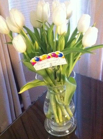 Abigail House Bed and Breakfast : Beautiful white tulips given by Carla and John