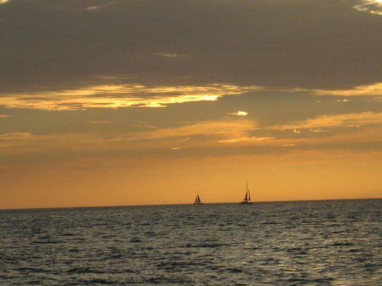 Kuna Vela Sailing Tours: 2 ships passing in the...