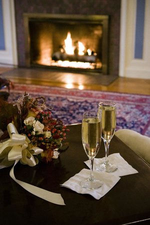 The White House Inn : Fireside Champagne Toast