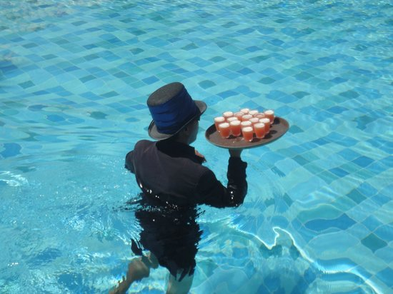 The Ritz-Carlton, Dubai : Drinks offered by waitor walking in the pool