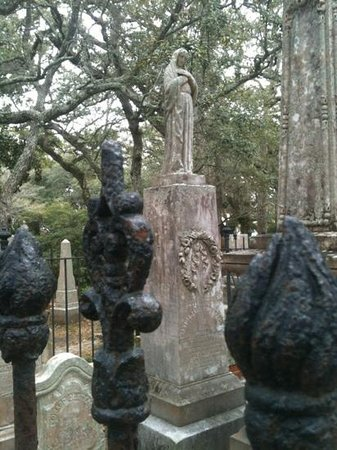 Beaufort Historic Site Old Burying Ground: lovely statue