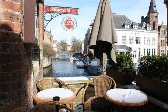 Hotel Bourgoensch Hof: Terrasse avec vue sur le canal