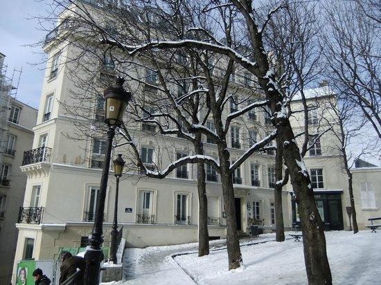 Timhotel Montmartre: Hotel vom Platz aus mit dem Eingangsbereich gesehen