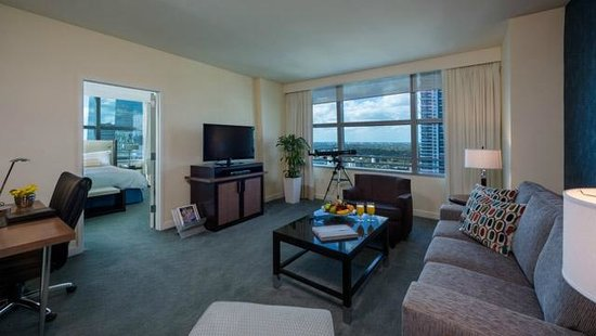Conrad Miami: Suite living room