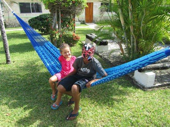 Hotel Akumal Caribe: Cousins in the garden hammock