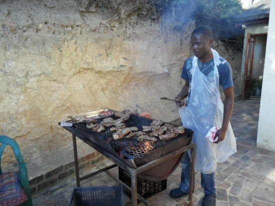 Monkey Valley Resort: Braai food being cooked