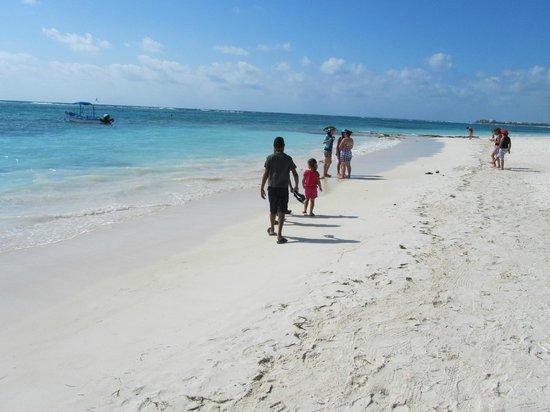 Hotel Akumal Caribe: kids enjoying the white sand