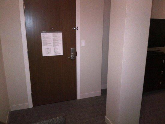 لي ويستين مونتريال: Pillar right inside of door