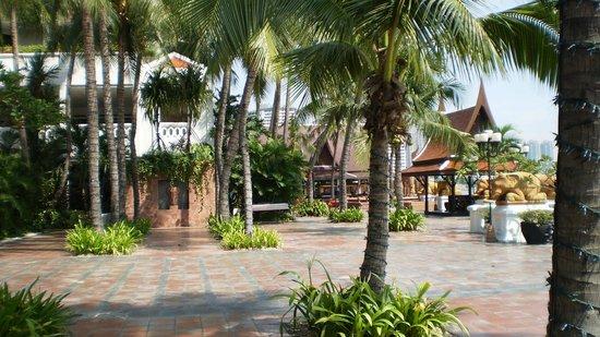 Anantara Riverside Bangkok Resort: Beautifully kept grounds