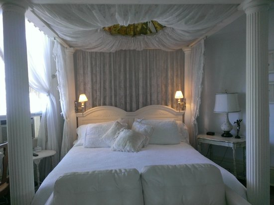 Ashford Manor Bed and Breakfast: The White Room