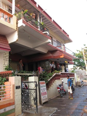 Padma Guest House: Hotel as seen from alley