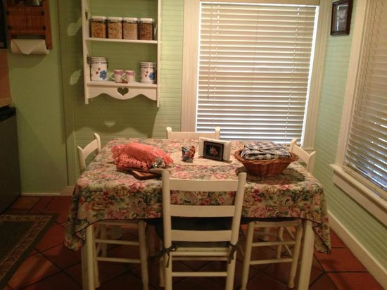 Two Wee Cottages Bed & Breakfast : Dining room
