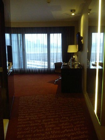 Park Plaza Westminster Bridge London: Bathroom to the left, dividing the living and bedroom area.