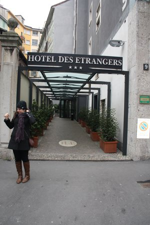 Des Etrangers: Entrada