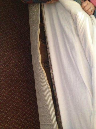 Hotel Don Fernando de Taos: Mattress torn completely open.