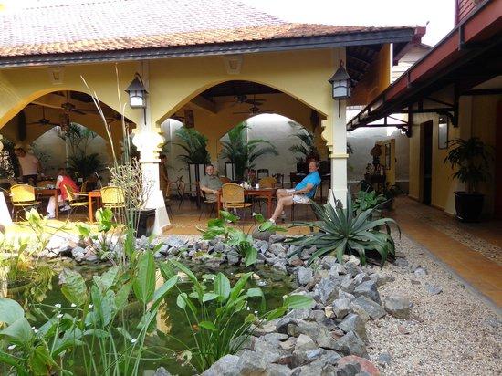 โรงแรมพาวิลเลียน ดิ โอเรียลท์ บูติค: Koi Pond fronting dining area