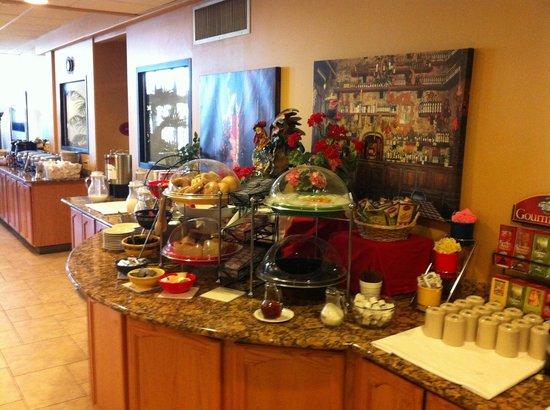 BEST WESTERN PLUS Swiss Chalet Hotel & Suites: Hot Breakfast buffet