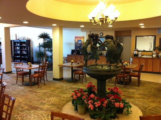 BEST WESTERN PLUS Swiss Chalet Hotel & Suites: Lobby fountain