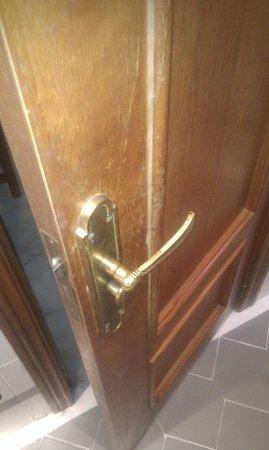 Hotel Juan Miguel: Puerta con molduras rotas