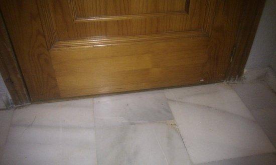 Hotel Juan Miguel: Molduras deterioradas y sucias, puerta de entrada