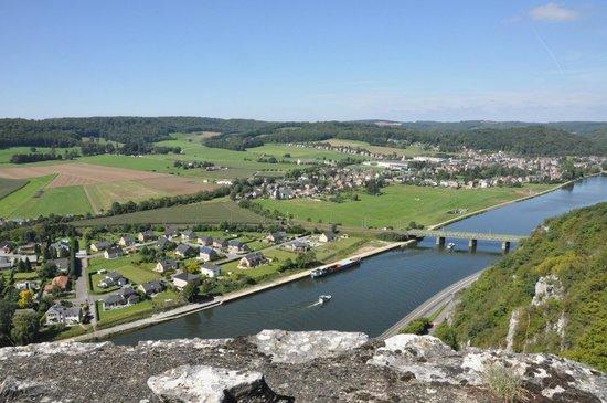Les Ruines Medievales de Poilvache: Panorama de la vallée de la Meuse vers Anhée et Yvoir