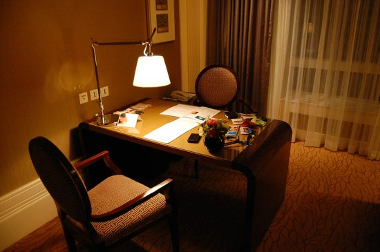 Four Seasons Hotel Macau, Cotai Strip: desk
