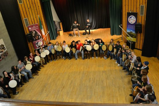 Bodhran Experience: getting ready to play