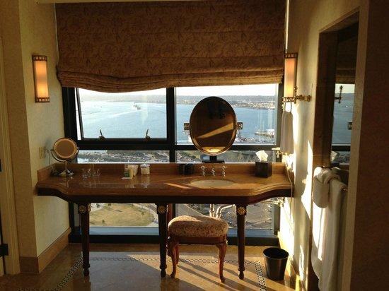 Manchester Grand Hyatt San Diego: Penthouse suite vanity
