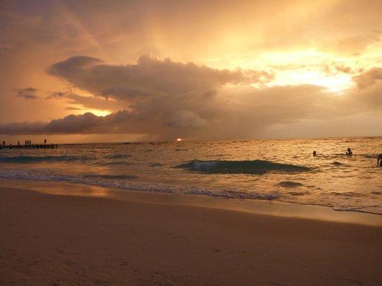 Paradise Beach Hotel: Couché de soleil
