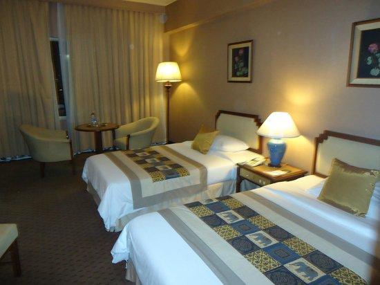 Chiang Mai Plaza Hotel: habitación amplia ,y completa