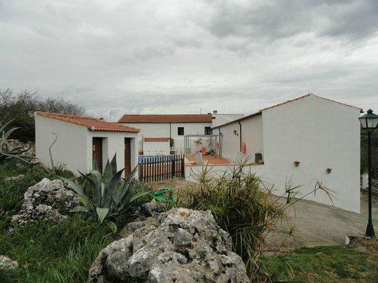Cortijo Fuente Marchal: mooi uitzicht op zwembad en kamers.