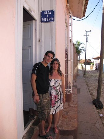 B&B Elda y Roberto: Mercedes and her son at the entrance to their home