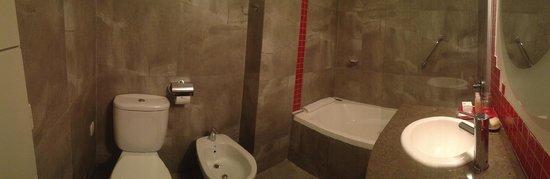 BA Sohotel: banheiro com vista da banheira de hidromassagem