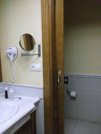 Costa Adeje Gran Hotel: the bathroom