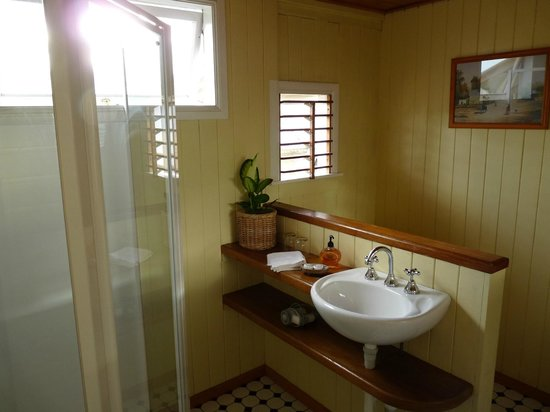 Classique Bed and Breakfast: Bathroom