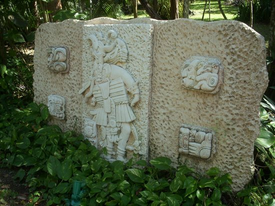 Iberostar Cozumel: Artwork along a path
