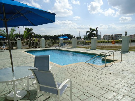 Holiday Inn Express Trincity Trinidad Airport : Piscine