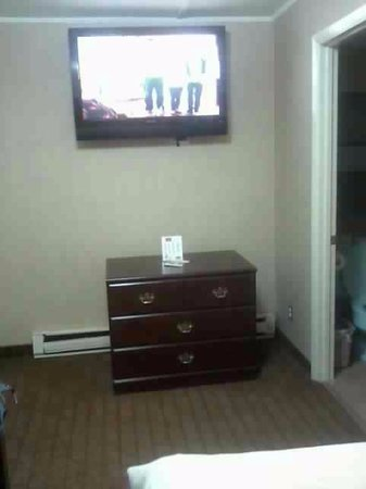 Red Carpet Inn West Springfield: Giant flat screen tv