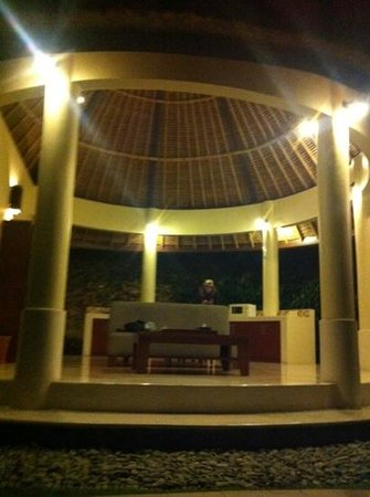 Mutiara Bali Boutique Resort & Villas: Under the huge bali hut is all your comfy amenities, simplistic and perfect! No mozzies!!