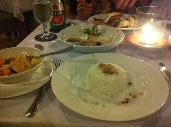 Mutiara Bali Boutique Resort & Villas: tasting plate in the middle, chicken curry for me, and nasi goreng for the man