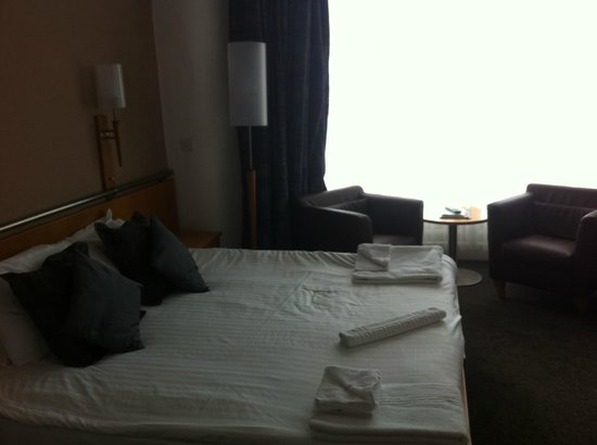 The Strand Hotel: Large bed with seating area in executive bedroom