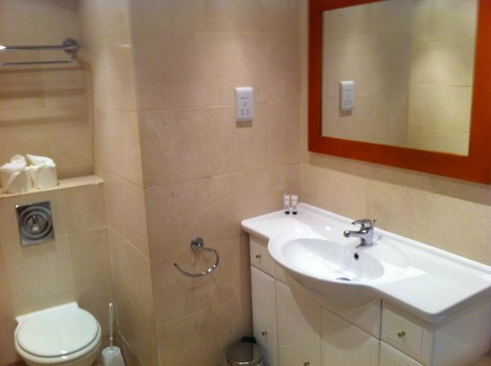 The Strand Hotel: Beautifully decorated and modern bathroom!