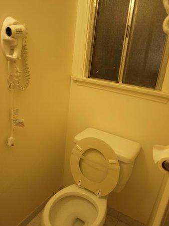 Coral Sands Motel: Petite salle de bain