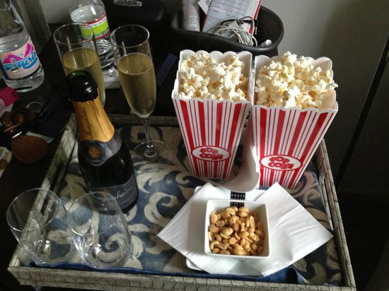 Guest House Douro: champagne, popcorn and peanuts! perfect afternoon snacks.